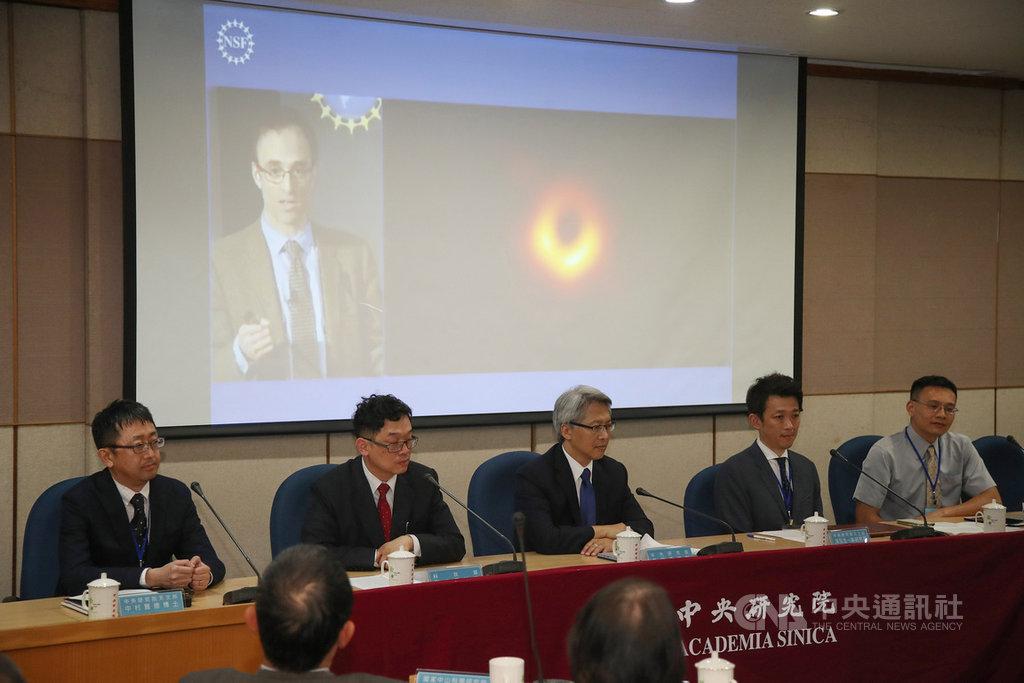 中研院10日晚間與全球其他5地點舉行同步記者會,公布事件視界望遠鏡(EHT)計畫成功拍到人類史上首張超大質量黑洞影像,這也是本世紀天文跟物理學界重大的發現之一。中央社記者張新偉攝 108年4月10日