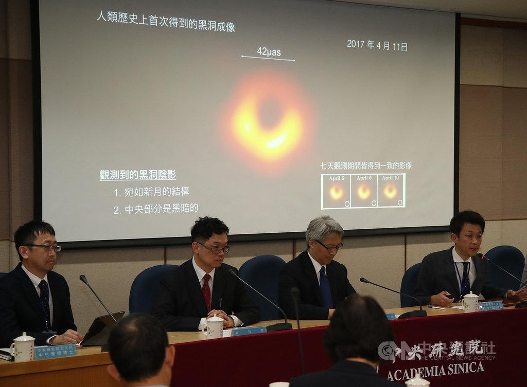 中央研究院10日晚間舉辦「事件視界望遠鏡(EHT)」計畫全球同步記者會,發表最新取得的重大成果,會中公布人類史上首張黑洞影像。天文所副研究員淺田圭一(右)向媒體說明。中央社記者張新偉攝 108年4月10日