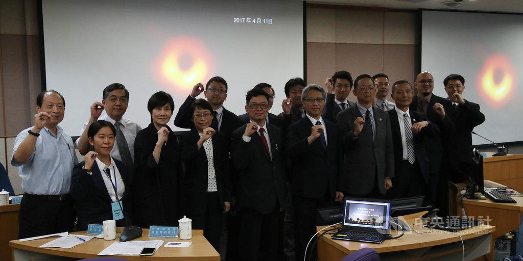 中央研究院10日晚間舉辦「事件視界望遠鏡(EHT)」計畫全球同步記者會,發表最新取得的重大成果,會中公布人類史上首次的超大質量黑洞影像。會後研究團隊合影留念。中央社記者張新偉攝 108年4月10日