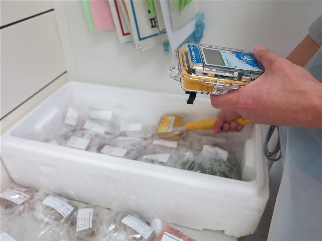 南韓政府因禁止福島等8縣水產品進口,被日本告上WTO。圖為福島縣農業綜合中心檢測農林水產品。(中央社檔案照片)