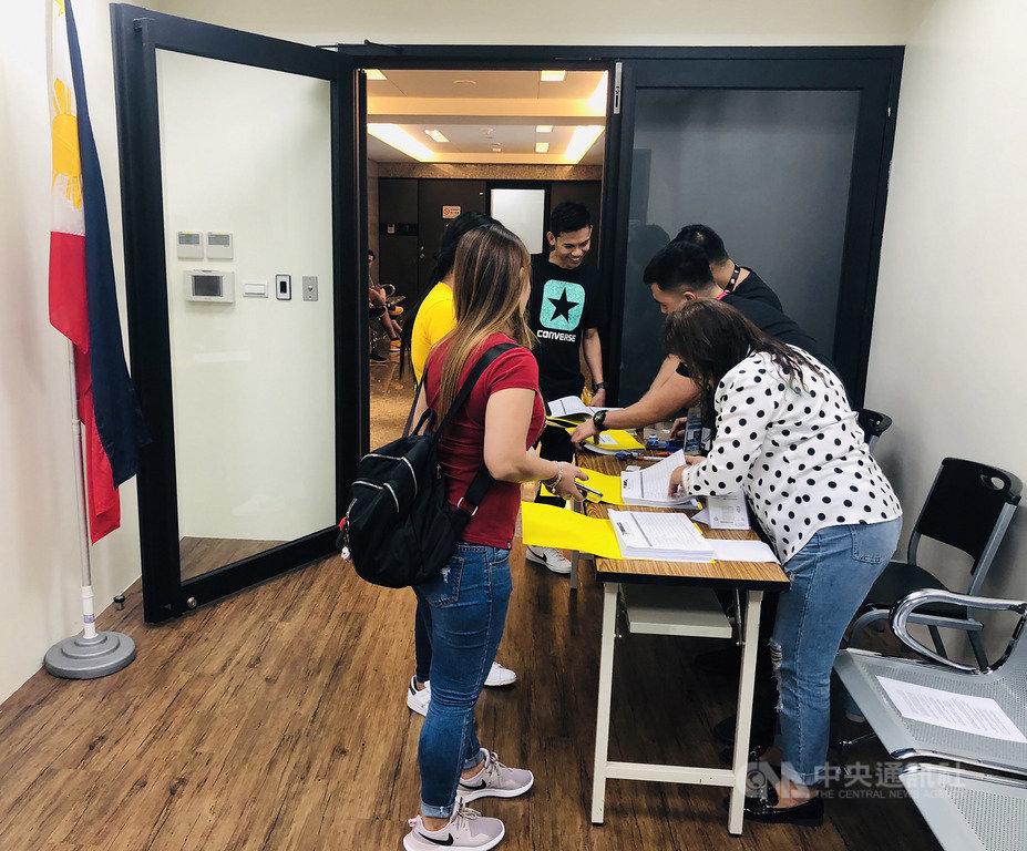 菲律賓期中選舉的海外投票13日正式開跑,為期一個月。不少在台菲律賓人投票首日,就來到台北的馬尼拉經濟文化辦事處投票。中央社記者齊若堯攝 108年4月13日