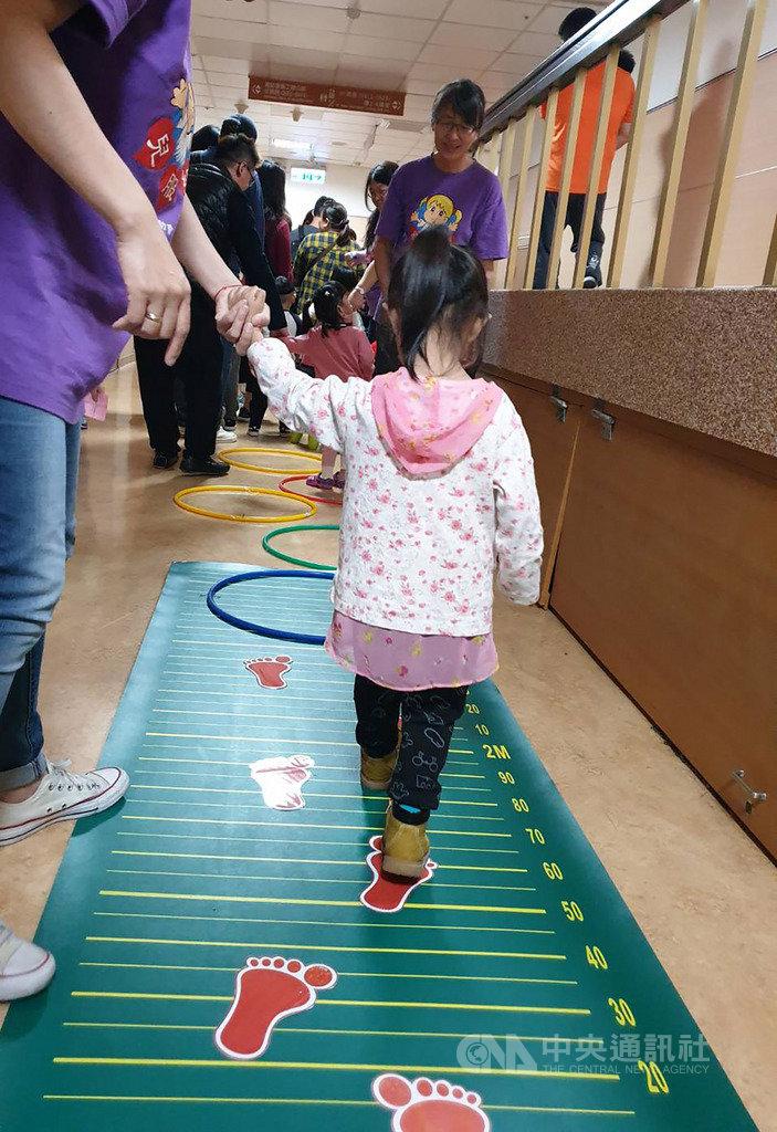 馬偕兒童醫院13日舉行早產兒回娘家活動,現場設有讓小朋友訓練步態的遊戲。(馬偕兒童醫院提供)中央社記者陳偉婷傳真 108年4月13日