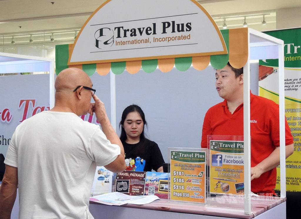 交通部觀光局13日在馬尼拉舉辦台灣觀光推廣會,民眾現場向旅行社業者詢問行程內容。中央社記者陳妍君馬尼拉攝 108年4月13日
