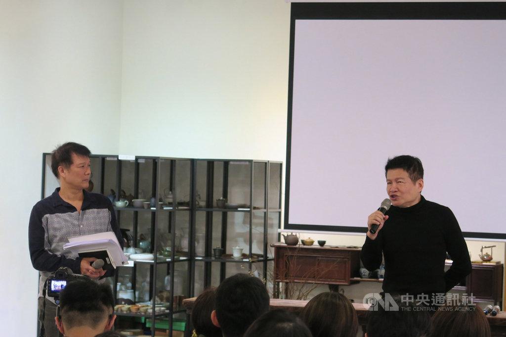 聯合文學出版13日在華山紅館舉辦詩人羅智成(右)新書「問津:時間的支流」發表活動,羅智成為讀者導覽構築「問津」一書的心靈地圖。中央社記者陳政偉攝 108年4月13日