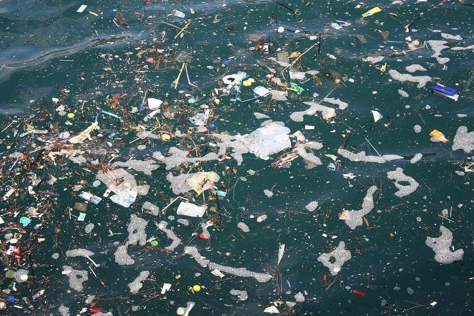 科學家認為,數十年來倒入海洋的塑膠垃圾,超過99%下落不明。(圖取自Pixabay圖庫)