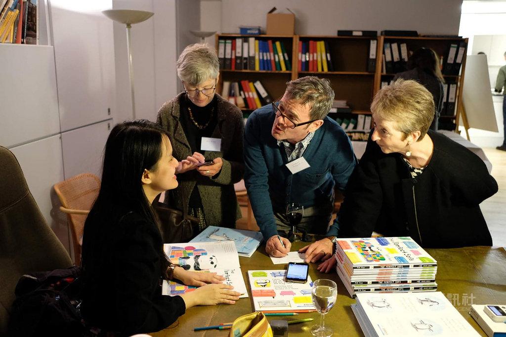 來自台灣的繪本畫家Fifi Kuo(郭飛飛,左)11日在英國發表第二本繪本作品「完美的沙發」(The Perfect Sofa)。(Fifi Kuo提供)中央社記者戴雅真倫敦傳真 108年4月14日