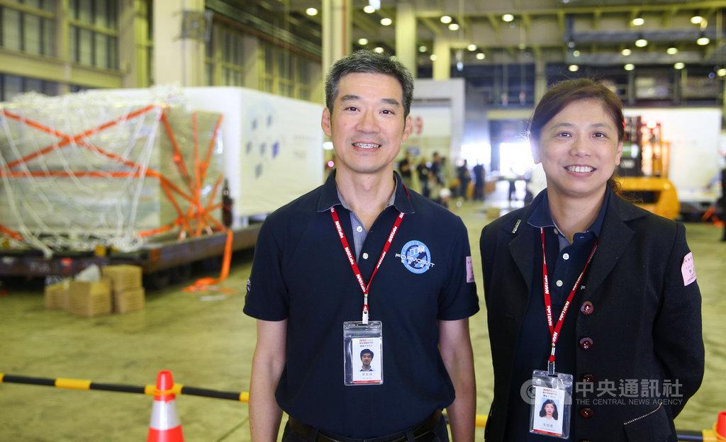 福衛七號計畫主持人朱崇惠(右)與福七電力系統和電機整測的負責人葉嘉靖(左)是福七團隊裡唯一的夫妻檔,兩人在美國受訓時期交往、結婚,一路參與衛星計畫至今。中央社記者謝佳璋桃園攝 108年4月14日