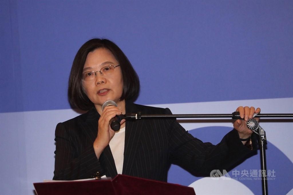美國在台協會(AIT)15日下午在台北內湖新館舉行「台灣關係法&AIT@40:40年友誼慶祝酒會」,總統蔡英文出席並致詞。中央社記者吳家昇攝 108年4月15日