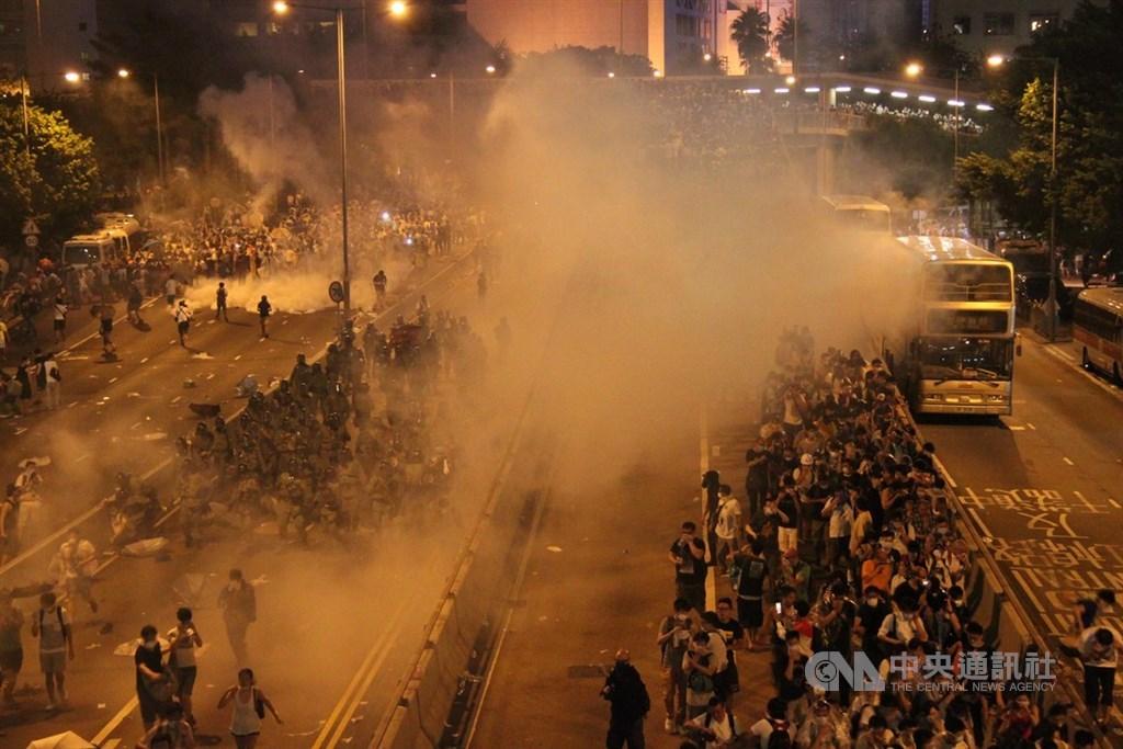 香港占中運動於2014年9月28日爆發,圖為「占中」爆發當晚,香港警方發射催淚瓦斯鎮壓。(中央社檔案照片)