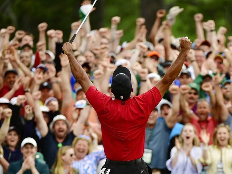 老虎伍茲(前)14日贏得第83屆美國名人賽抱回生涯第15座大賽冠軍,場邊觀眾報以熱烈歡呼。(圖取自美國公開賽網頁masters.com)