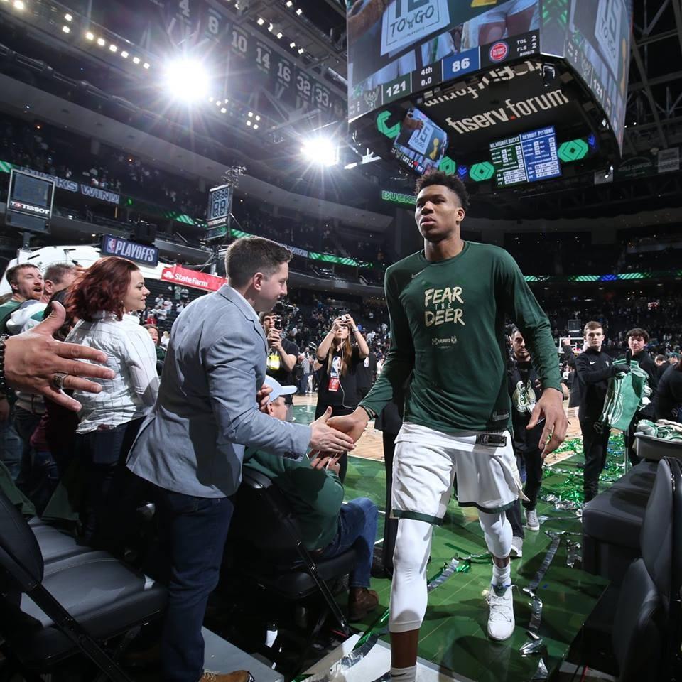 NBA本季例行賽戰績領先全聯盟的公鹿,14日在「字母哥」安特托昆博(前右)只打3節就拿下24分的帶領下,最終121比86擊敗活塞。(圖取自facebook.com/milwaukeebucks)