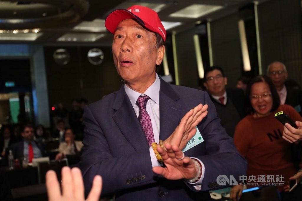 鴻海集團總裁郭台銘(前)16日在台北出席「2019印太安全對話」會議,他提問後認為台上立委沒有回答他的問題,在台下表達抗議。中央社記者吳家昇攝 108年4月16日