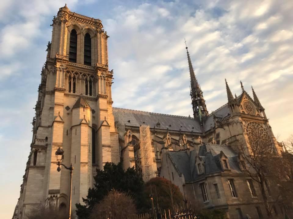 法國巴黎聖母院因大文豪雨果的作品及哥德式建築而聞名全球。(圖取自聖母院臉書)