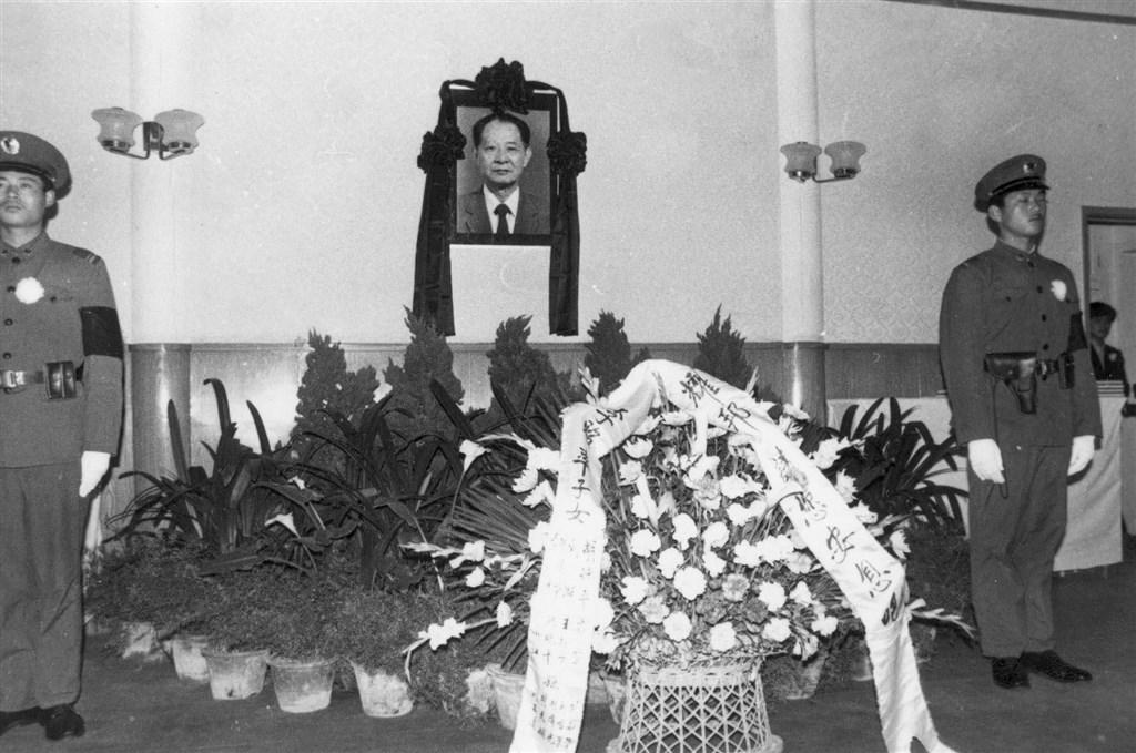 胡耀邦寓所設置靈堂,接受弔唁者致哀。(檔案照片/中新社提供)
