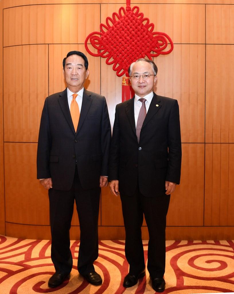 正在香港訪問的台灣親民黨主席宋楚瑜(左)15日晚會晤了北京中央駐港代表、中聯辦主任王志民;王志民向他說,「歡迎台灣朋友到訪中聯辦」。(中聯辦提供)中央社