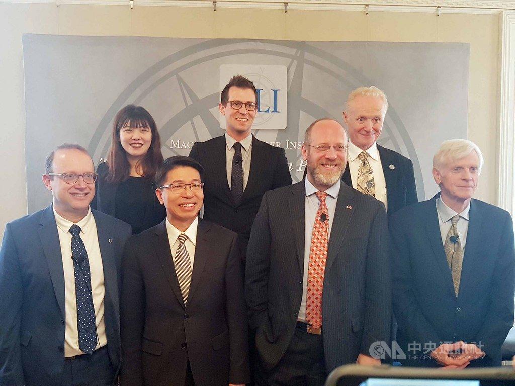 加智庫舉辦台灣關係法40週年研討會,與會者包括,前排左起:渥太華大學教授史國良、駐加拿大代表陳文儀、「台灣守望」總編輯寇謐將、加國前亞太事務國務部長基固爾。後排中:日本國際事務研究所資深訪問研究員米勒、後排右:MLI執行長克勞里。(駐加代表處提供)中央社記者胡玉立多倫多傳真  108年4月17日