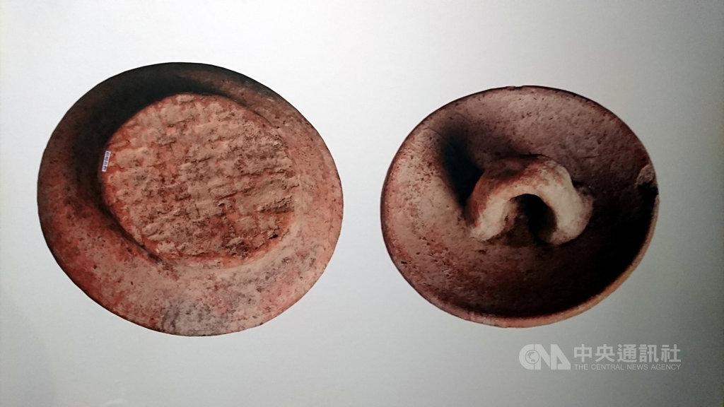 卑南遺址出土的「蓆印紋陶片」,底部留有編織品的遺痕,考古學家認為是當時人類在製作時會將陶胚放置於草蓆或編織籃上,造成陶蓋出現蓆印紋與籃印紋的現象,證明距今3000年的人類已有編藝的技術。中央社記者盧太城台東攝 108年4月17日