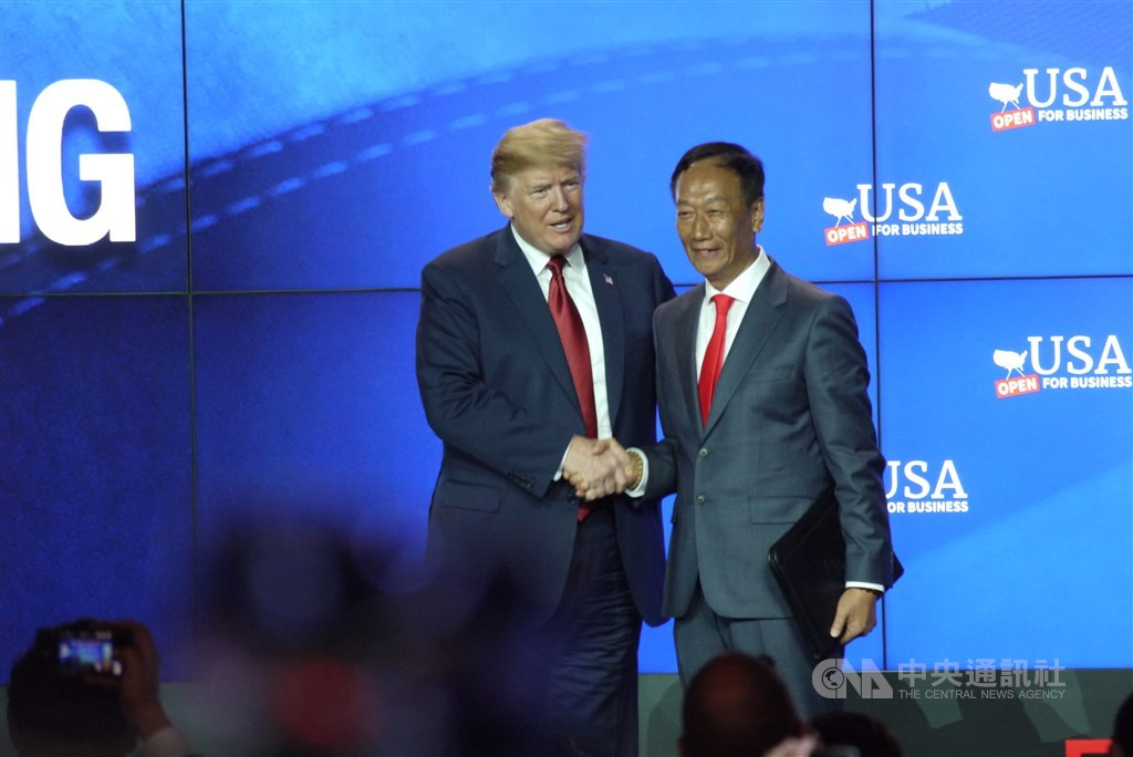 美國總統川普(左起)與鴻海集團董事長郭台銘2018年6月參加富士康在美設廠的動土儀式,事隔不到一年,傳出威斯康辛州打算與富士康重新商談投資案。(中央社檔案照片)