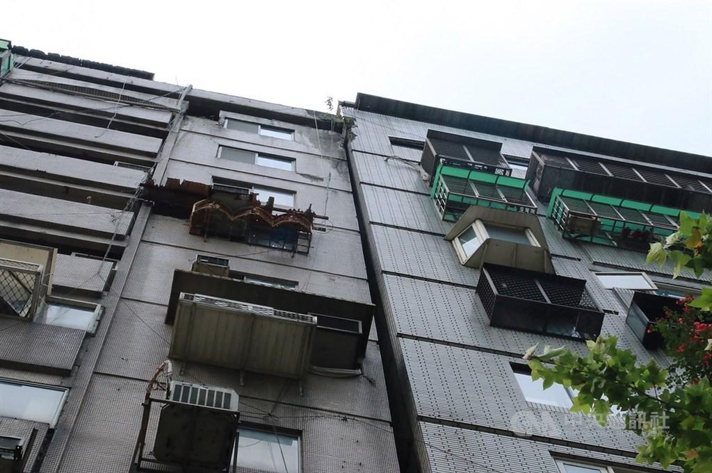 台北市信義路四段的富貴角大樓在921地震時就傾斜,但遲遲未都更,當地里長助理說希望市府強制介入協調。(中央社檔案照片)