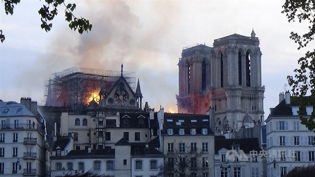 位於巴黎市正中心的聖母院失火,館藏珍寶大致倖免,建築結構也算救回,但屋頂燒燬,一座尖塔倒塌,火災範圍不小,可能要數年時間修復。中央社記者曾依璇巴黎攝 108年4月15日