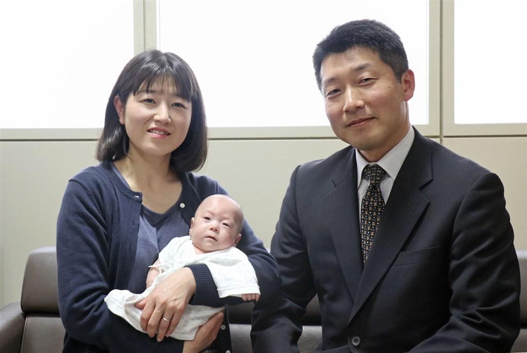 關野俊子(左)2018年10月生下僅258公克的全球最輕男嬰關野龍佑(手中嬰兒),近7個月後男嬰健康成長至逾3公斤,已可準備出院。(共同社提供)
