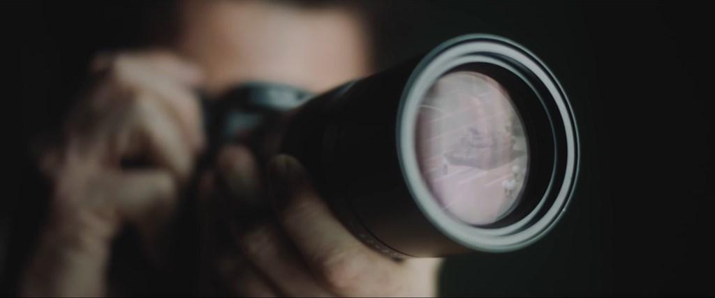 網路上近日出現一部將天安門事件坦克人置於徠卡相機鏡頭內的短片,引起熱議。(圖取自RadioaktiveFilm YouTube網頁youtube.com)