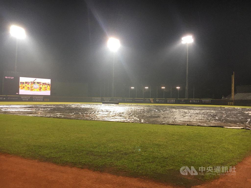 中華職棒19日安排進行天母棒球場首戰,由統一7-ELEVEn獅隊迎戰中信兄弟隊,但開賽前下起大雨,過一個多小時等待後決定延賽,將於20日進行雙重賽。中央社記者楊啟芳攝 108年4月19日