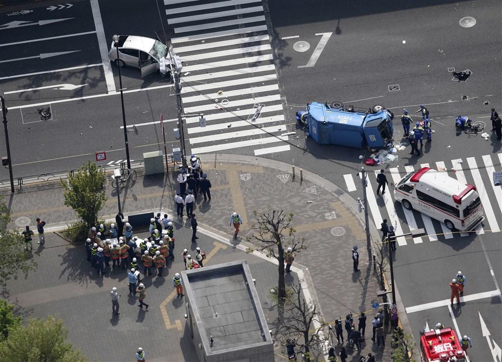 日本東京池袋車站附近19日中午發生小客車衝撞行人事件,共造成11人輕重傷。(共同社提供)