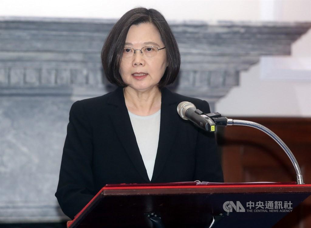 對於高雄市長韓國瑜稱三軍沒軍法,總統蔡英文20日表示,她身為三軍統帥,「要嚴正告訴曾經是職業軍人的韓市長,要把這句話收回去」。(中央社檔案照片)
