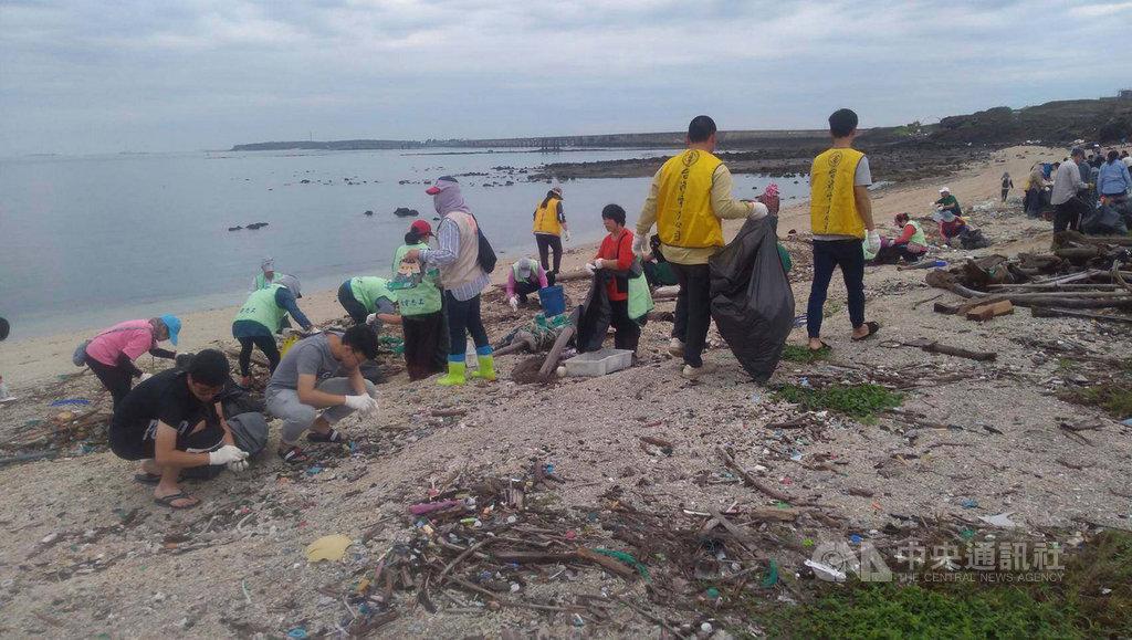 澎湖縣政府響應世界地球日,20日發動12個單位近500位民眾一起到西嶼后螺海灘淨灘,共清理3000餘公斤的垃圾,讓沙灘恢復美麗。中央社 108年4月20日