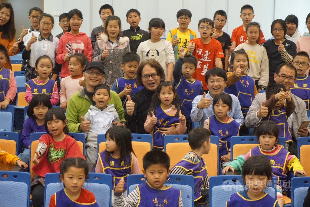 3D動畫「花帔阿獺2」20日在金門首映,導演楊仁賢(3排左3,黑衣)帶著影片到述美國小等學校搶先放映分享。他說,聽到小朋友的笑聲,是鼓勵他繼續拍攝的動力。中央社記者黃慧敏攝 108年4月20日