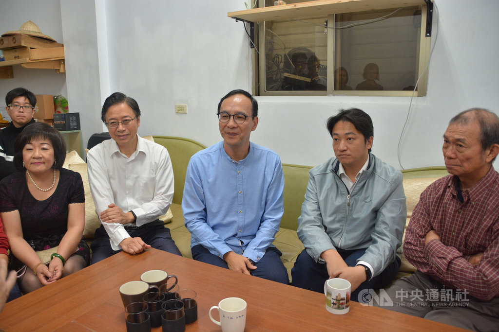 前新北市長朱立倫(右3)展開「台灣更好 立倫行腳」之旅,20日到花蓮與當地農民座談,也特別邀請前行政院長張善政(右4)一同參加。中央社 108年4月20日