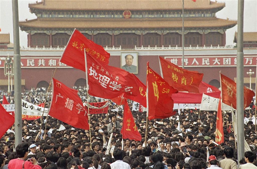 各校大學生在天安門廣場高舉旗幟。(檔案照片/美聯社)