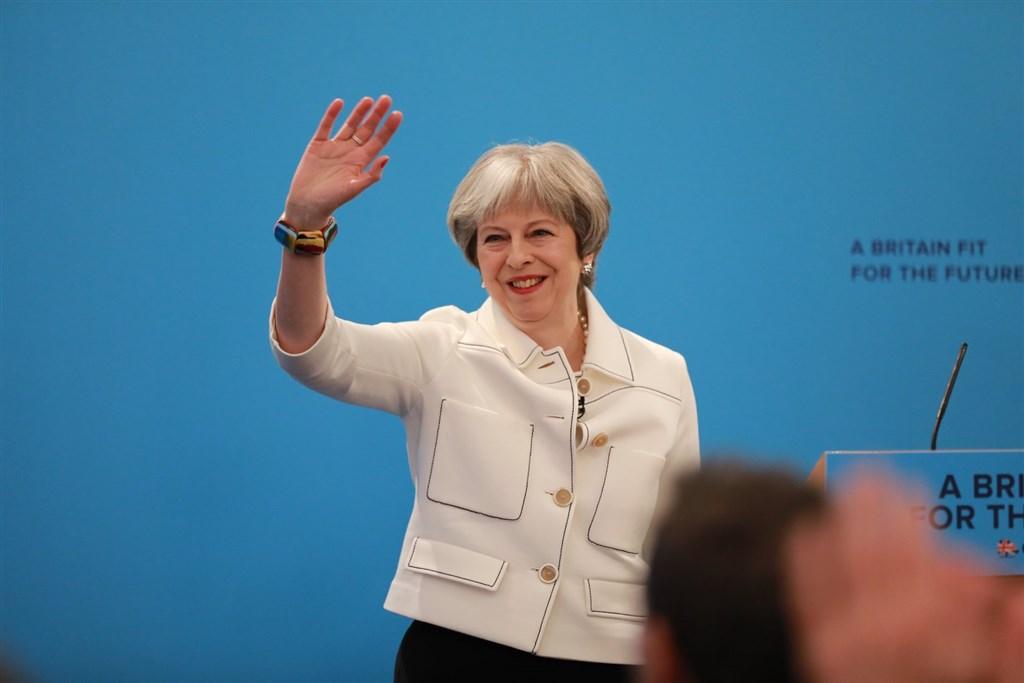 英媒報導,保守黨一位高層未來幾週將會告訴梅伊(圖),她必須於6月底前下台。(圖取自facebook.com/TheresaMayOfficial)