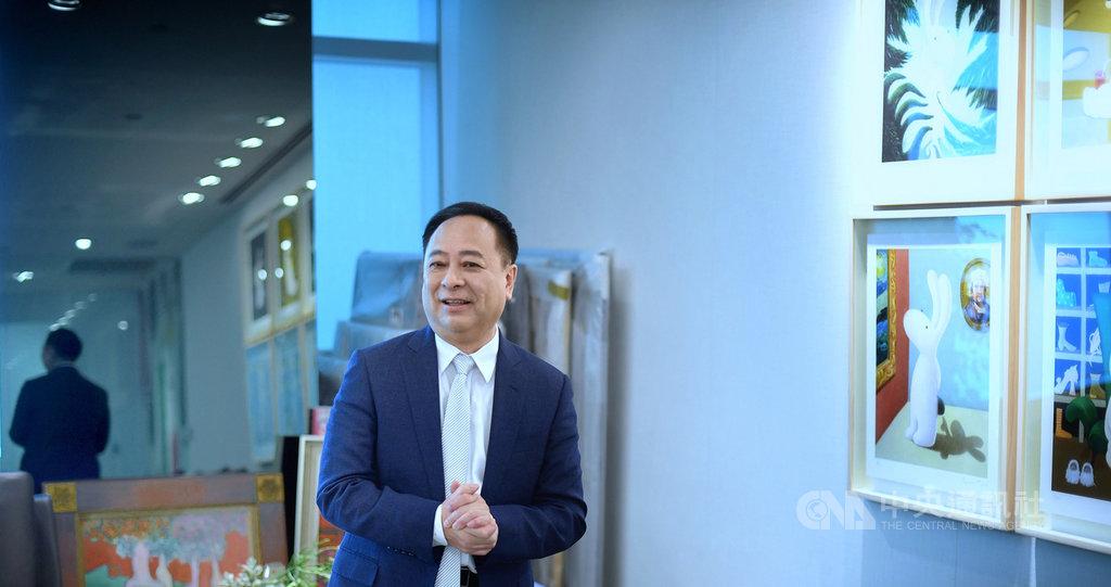 發現自己在辦公室收藏的畫作引起注意,台北101董事長張學舜(圖)開心地介紹起創作者和收藏動機,起先是送給女兒的生日禮物,而他也很喜歡台灣藝術家黃本蕊溫暖、柔和的畫風,因此決定擺在辦公室裡收藏。中央社記者王飛華攝 108年4月21日