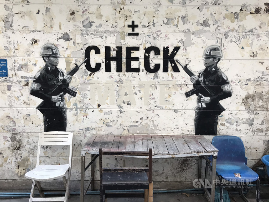 泰國塗鴉藝術家Headache Stencil喜歡在街頭塗鴉創作,諷刺執政的軍政府當局。中央社記者呂欣憓曼谷攝 108年4月21日