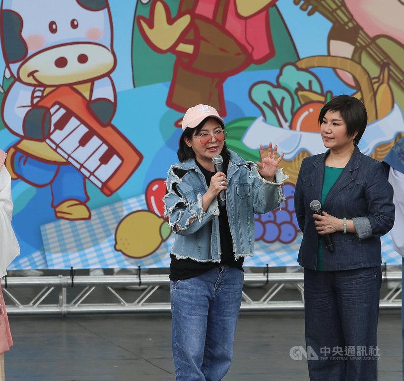 台北市政府、慈濟基金會21日在台北市大安森林公園舉辦「蔬食無痕野餐日」活動,藝人唐美雲(右)、王彩樺(左)到場,分享環保愛地球從日常生活做起。中央社記者謝佳璋攝 108年4月21日