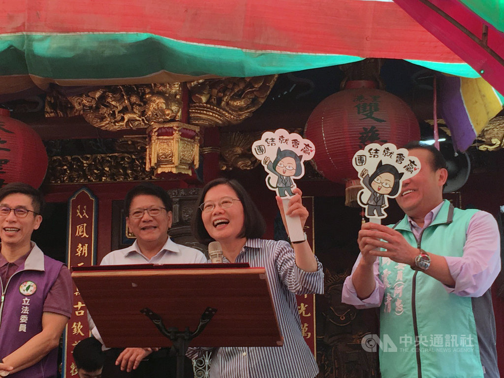 總統蔡英文(右2)21日到屏東北區3間廟宇參拜,並向鄉親說明她執政以來的政策成果,吸引許多支持者到場,還有粉絲送她「團結就會贏」文創小物。中央社記者郭芷瑄攝 108年4月21日