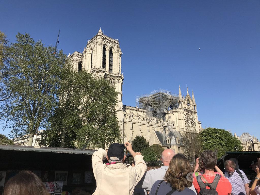 巴黎聖母院部分毀於祝融,重建捐款大量湧入,證明聖母院的文化地位,但同時凸顯其他古蹟缺錢維修的處境。中央社記者曾依璇巴黎攝  108年4月21日