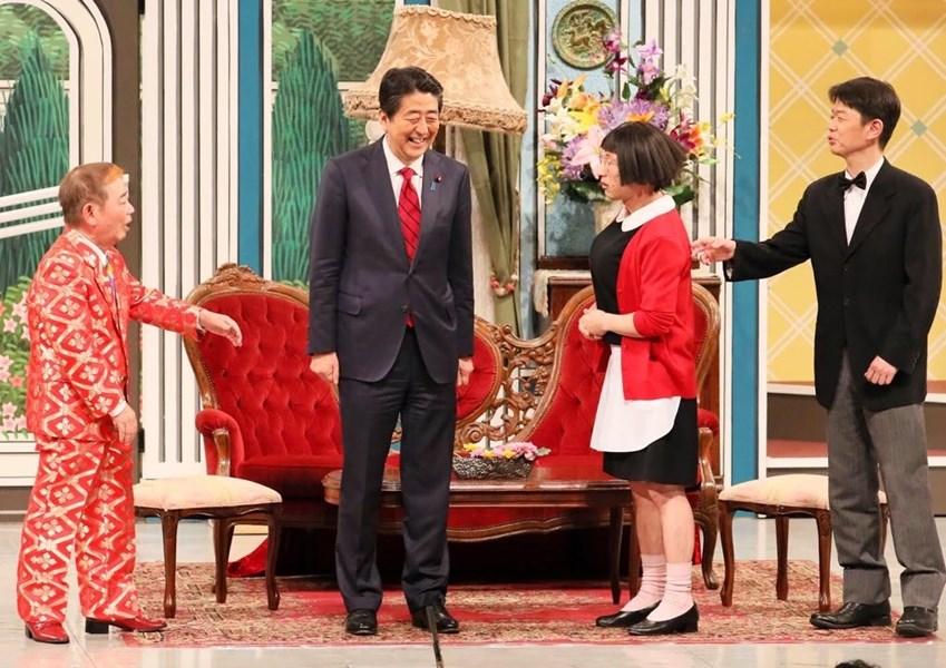 日本首相安倍晉三20日在大阪市一座劇場上演的「吉本新喜劇」軋一角,全場觀眾一陣驚喜。(圖取自twitter.com/kantei)
