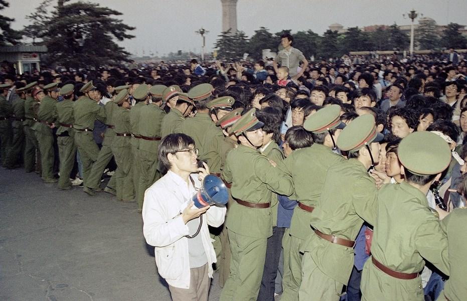 戈巴契夫歡迎宴會在人民大會堂舉行,外頭民眾與軍警發生推擠。(檔案照片/美聯社)