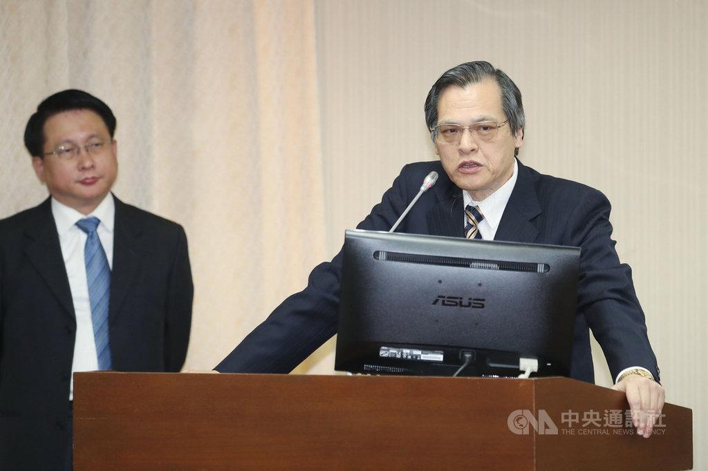 陸委會主委陳明通(右)22日在立法院說,不能在這裡喊中華民國,面對北京就不敢講中華民國。他也說,中國指的和平協議,一定是要求「統一」的和平協議;只要北京放棄武力對台,就有和平了。中央社記者吳翊寧攝 108年4月22日