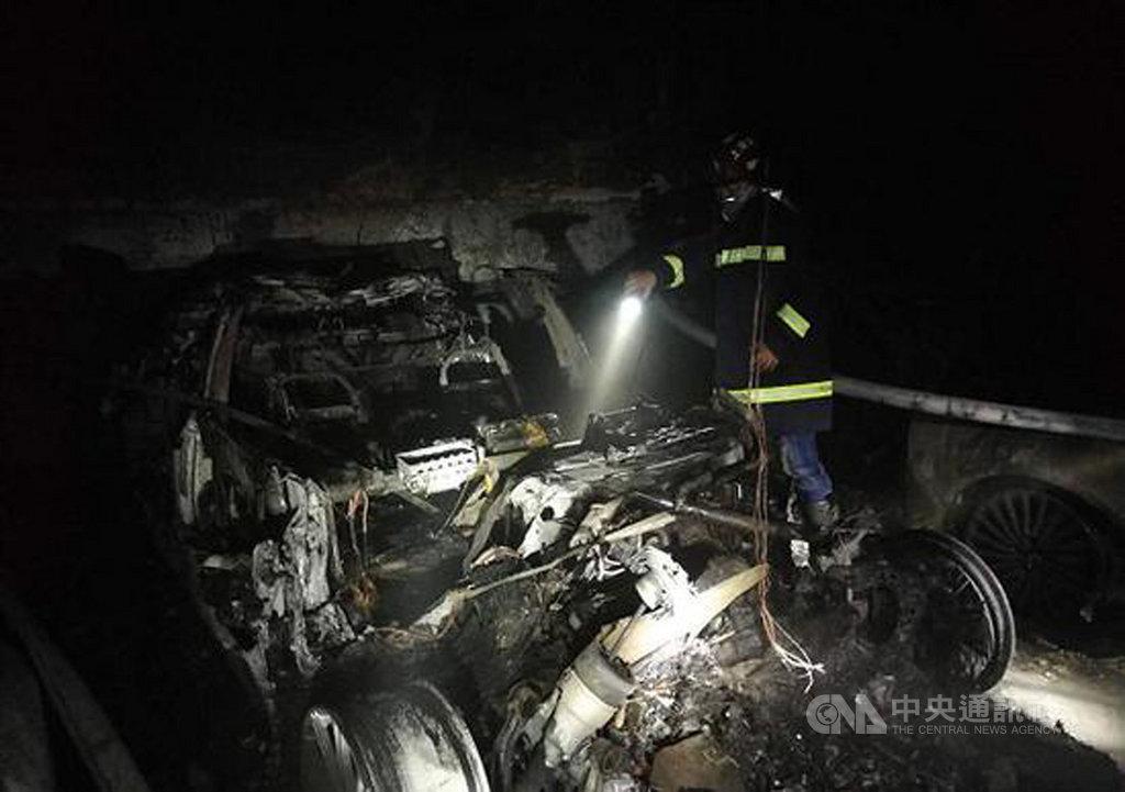 中國上海市一輛特斯拉(Tesla)電動車21日疑似自燃起火,被燒得面目全非。車主心有餘悸表示,他的車在起火前半小時才停好,事發時並未充電。(取自微博)中央社 108年4月22日
