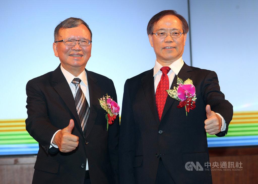 中華電信董事長鄭優(左)屆齡退休,行政院拍板由現任總經理謝繼茂(右)升任董事長,22日舉行交接典禮,兩人合影留念。中央社記者張皓安攝 108年4月22日