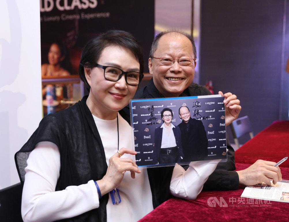 新加坡華語電影節今年播映張毅執導的多部經典電影,導演張毅(右)與妻子楊惠姍(左)受邀出席,影迷利用機會要求簽名。中央社記者黃自強新加坡攝 108年4月22日