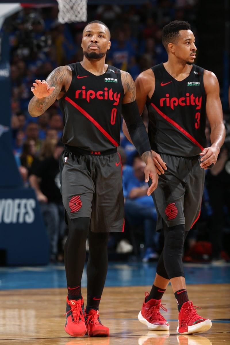 NBA拓荒者雙俠麥卡倫(右)、里拉德21日合力拿下51分,以111比98擊敗雷霆,在季後賽首輪,以3比1「聽牌」。(圖取自twitter.com/NBA/media)