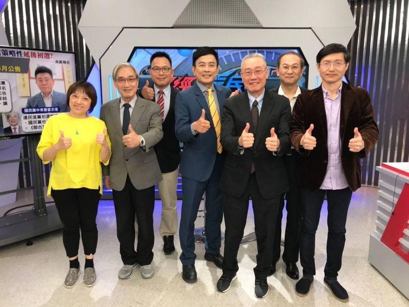民視董座換人後,主持人彭文正(右4)在民視的節目「政經看民視」22日晚間播出最後一集。(圖取自facebook.com/jengchinonftv53)