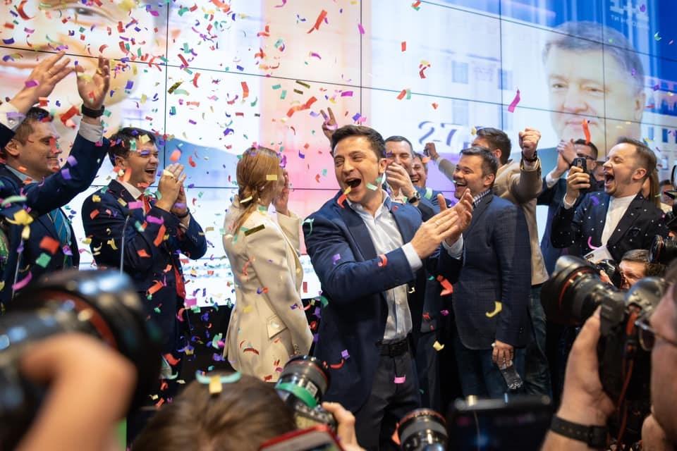 烏克蘭21日舉行總統選舉第二輪決選,出口民調顯示,喜劇演員出身的政治新人澤倫斯基(中)壓倒性擊敗現任總統波洛申科。(圖取自facebook.com/ze2019official)