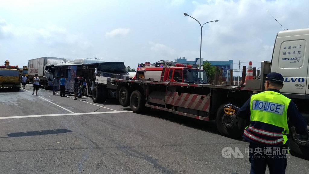 台中市沙鹿區向上路23日上午發生多車追撞事故,警消獲報到場處理,將大貨車與公車內受困的3人救出送醫。(警方提供)中央社記者蘇木春傳真 108年4月23日