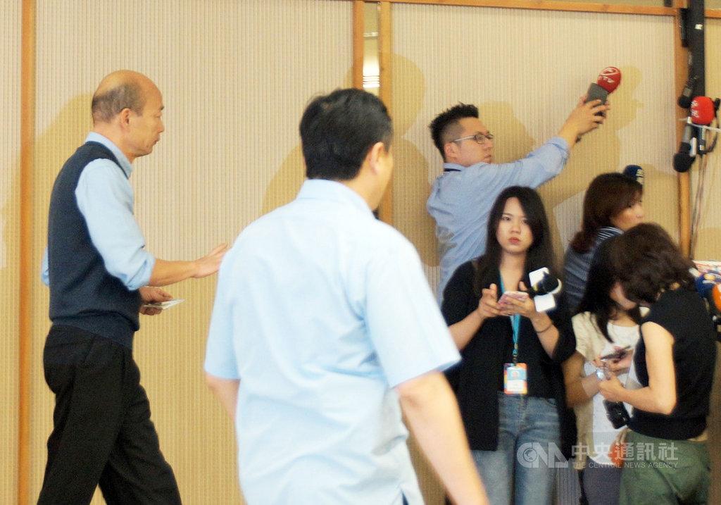 高雄市長韓國瑜(左)23日發表5點聲明指出,對於2020年總統大選,此時此刻無法參加國民黨現行制度的初選。圖為韓國瑜發表聲明後,不受訪離去。中央社記者程啟峰高雄攝  108年4月23日